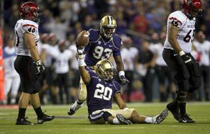 Washington's Justin Glenn recovers a fumble that San Diego State quarterback Ryan Katz lost in the third quarter when he was sacked.