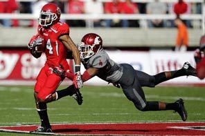 Utah receiver Reggie Dunn outruns WSU safety Anthony Carpenter in the second quarter. Dunn had a 100-yard kickoff return to open the second half.