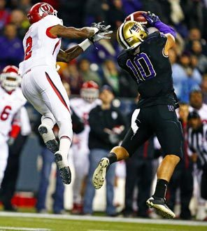 Washington linebacker John Timu (10) steps in front of intended receiver Kenneth Scott for an interception. The Huskies held Utah to just 55 yards passing and 188 yards of total offense.